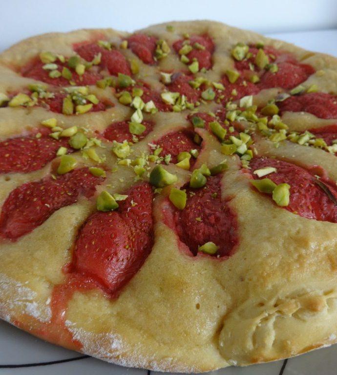Tarte briochée fraises, crème de noisettes et pistaches