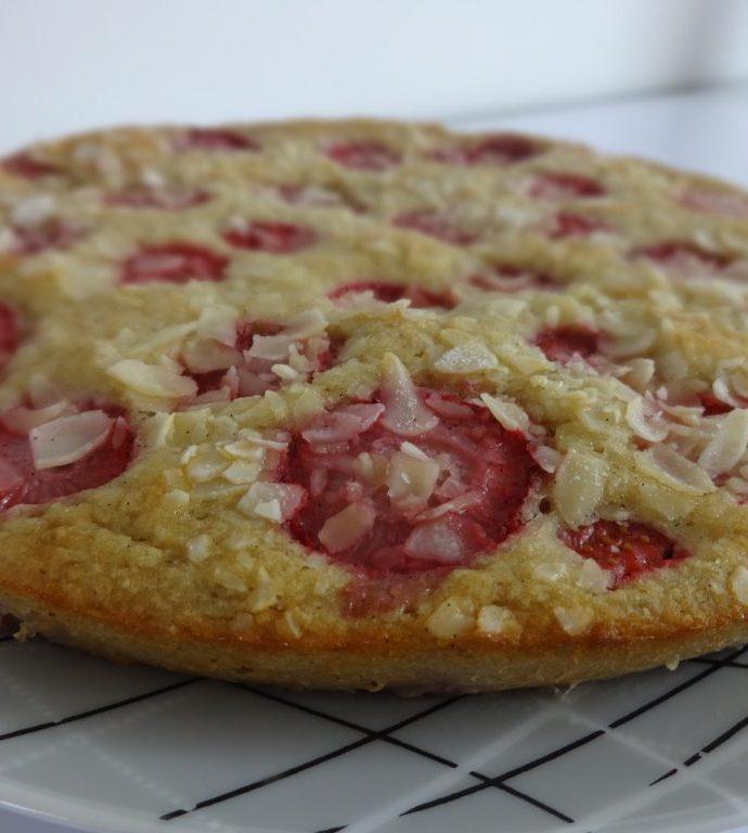 Gâteau léger aux fraises, rhubarbe et amandes ( sans gluten, sans beurre )