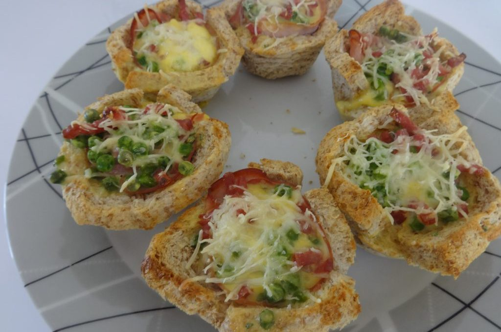Toasts cups petits pois bacon